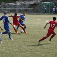 Lokal fotboll i skön sol dock med pisk