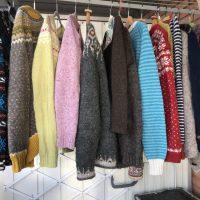 Vädrat stickade koftor och tröjor